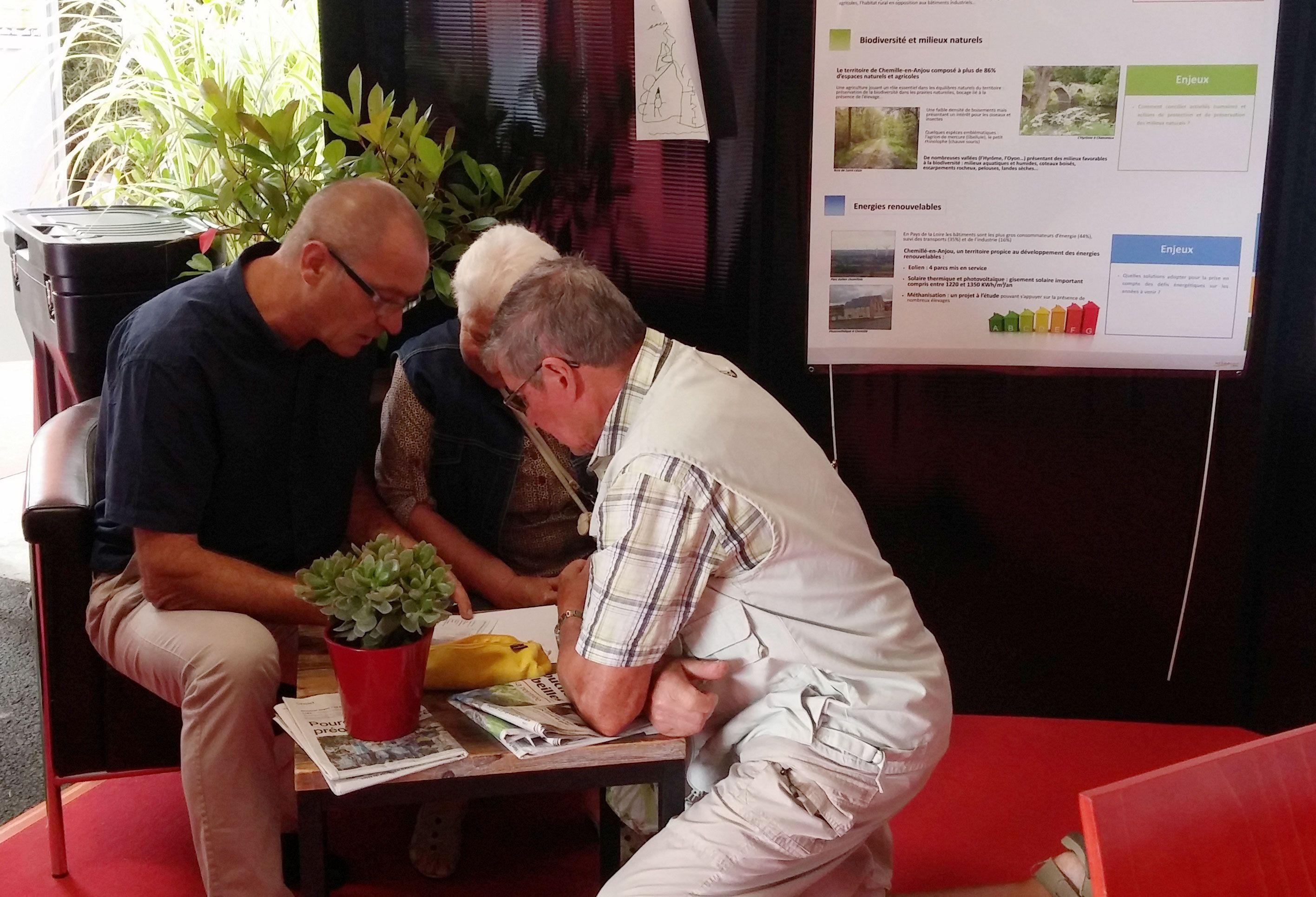 Élus et habitants se retrouvent autour du questionnaire lors de la Foire Exposition